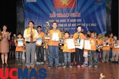 Báo Dân Trí - UCMAS Việt Nam trao giải cho học sinh xuất sắc